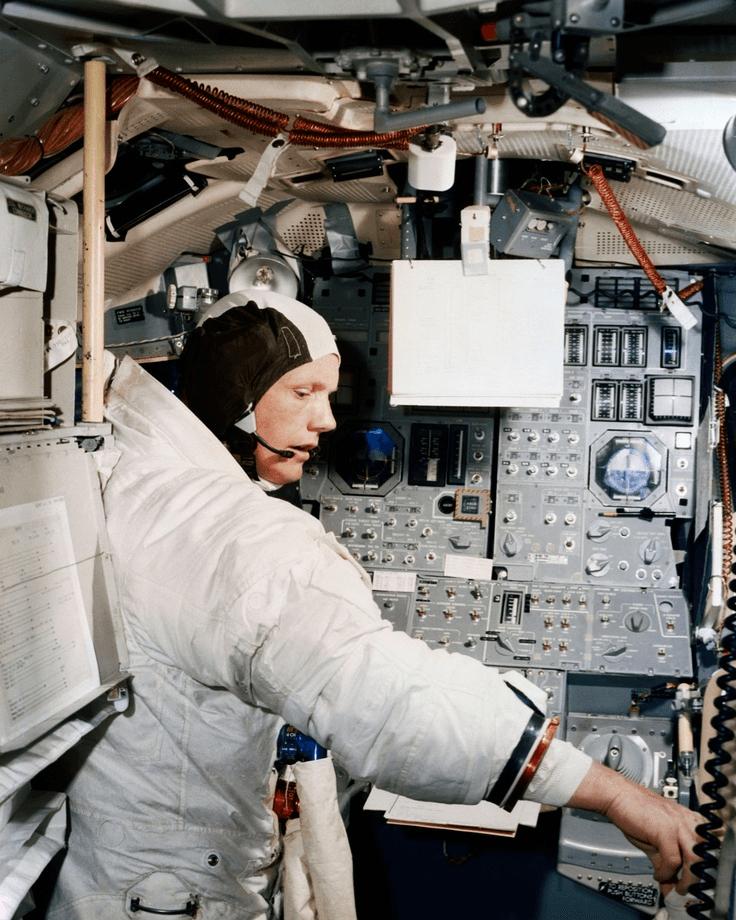 Neil Armstrong en el Eagle 1 aproximándose a la Luna