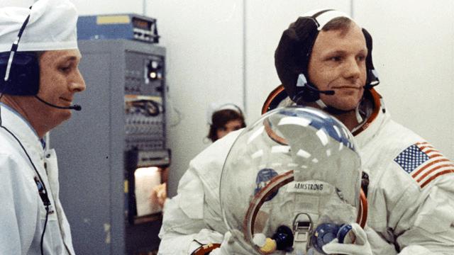 Neil Armstrong equipandose para la misión Apollo 11
